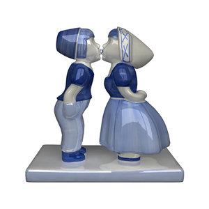 ma dutch kissing couple