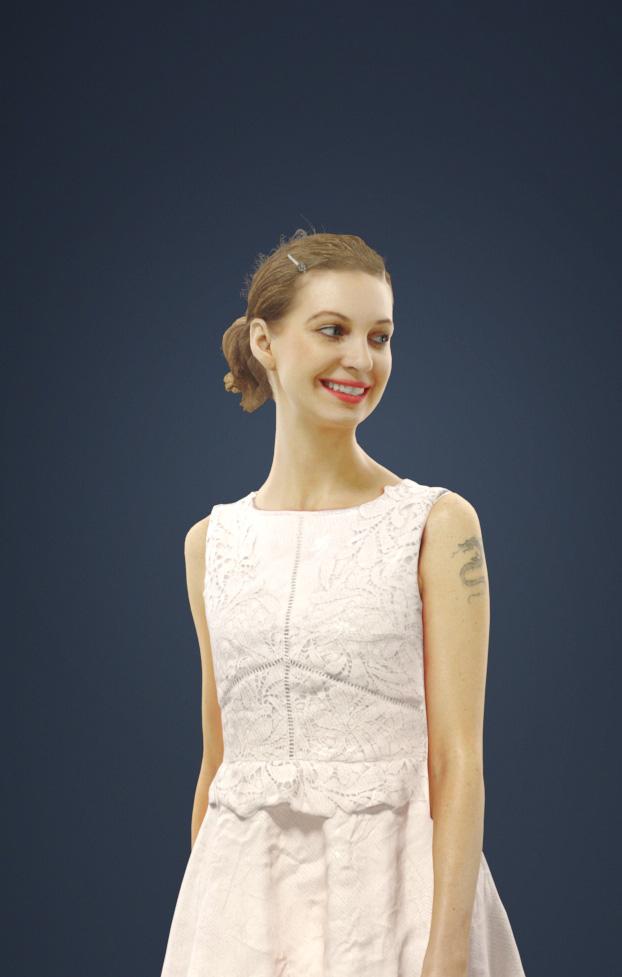 Andrea Una Mujer Caucásica Vestida Con Un Vestido Blanco Caminando Mirando Hacia Los Lados